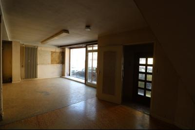 Sellières vends immeuble à rénover ancien PMU de 240m² avec appartement étage 100m², salle de café