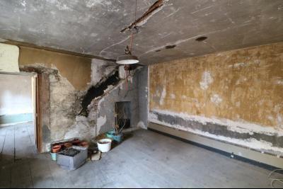 Sellières centre vends immeuble à restaurer de 3 appartements, 200m², garage, atelier , cour, garage
