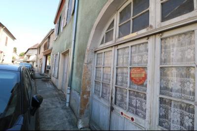 Sellières centre vends immeuble à restaurer de 3 appartements, 200m², garage, atelier , cour, idem
