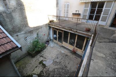 Sellières centre vends immeuble à restaurer de 3 appartements, 200m², garage, atelier , cour, Vue cour depuis tour