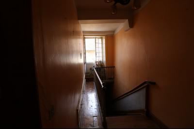 Sellières centre vends immeuble à restaurer de 3 appartements, 200m², garage, atelier , cour, Escalier accès étage