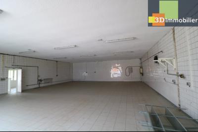 10mn de Dole, à vendre bâtiment commercial et industriel de 248m² avec parking indépendant., salle de production depuis entrée gauche