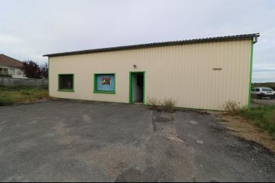 10mn de Dole, à vendre bâtiment commercial et industriel de 248m² avec parking indépendant., vue de face