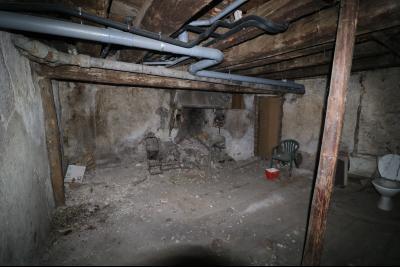 Salins les Bains vends appartement T2 55m² refait à neuf  en Rez-de-chaussée, cave au centre ville., cave 25m²