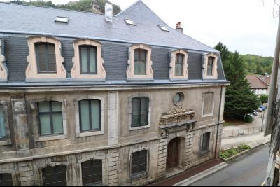 Salins les Bains vends appartement T2 55m² refait à neuf  en Rez-de-chaussée, cave au centre ville., vue sur hotel des Thermes