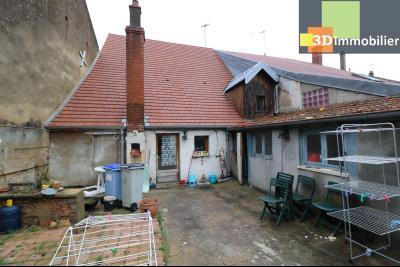 Chaussin centre vends maison de ville 5 pièces, 85m², cour 165m² et dépendances., arrière maison