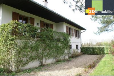 Chaussin vends confortable maison de 6 pièces, 150m², sous-sol total sur 3300 m² de terrain., vue arrière maison avec balcon/terrasse