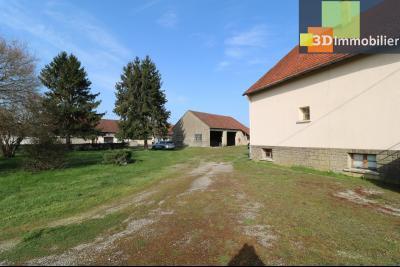 Chaussin (39 Jura), maison de 6 pièces, 130m² habitables, dépendance de 140 m² sur 3500m² de terrain, coté gauche vue terrain