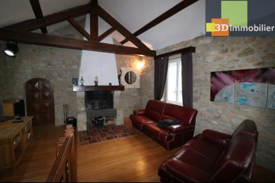 Poligny centre vends maison de ville de 7 pièces, 130m² habitables sur 200m² de terrain et garage., avec cheminée