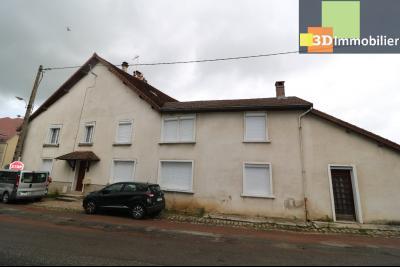 Poligny centre vends maison de ville de 7 pièces, 130m² habitables sur 200m² de terrain et garage., Vue de face