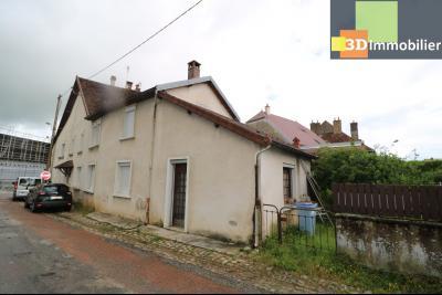 Poligny centre vends maison de ville de 7 pièces, 130m² habitables sur 200m² de terrain et garage., vue droite