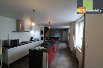 Poligny centre vends maison de ville de 7 pièces, 130m² habitables sur 200m² de terrain et garage., cuisine équipée ouverte su séjour 35m²