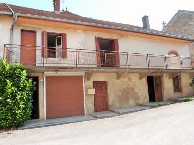 LONS-le-SAUNIER 11km Vends Maison à rénover- 1er étage appartement, rez-de-chaussée atelier, garage, Au sud, cette ancienne fromagerie de village offre au 1er étage un balcon de 12m