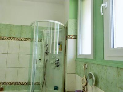 MOIRANS-en-MONTAGNE 39260 JURA Proche Lacs vends Belle Villa 290m²env. possibilité 2 à 3 logements, Salle de bains 6.40m² env. avec baignoire balnéo