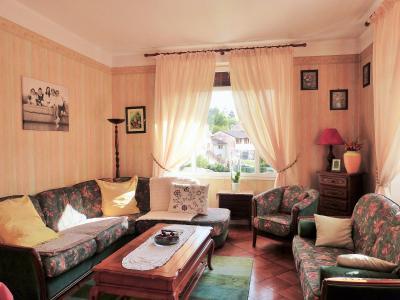 MOIRANS-en-MONTAGNE 39260 JURA Proche Lacs vends Belle Villa 290m²env. possibilité 2 à 3 logements, Salon avec 2 larges baies vitrées en angle