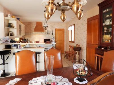 Proche BLETTERANS Jura Vends MAISON (2004) 137m²env. -4 chambres (1 plain-pied)- sur 1250m²env., Espace séjour de 18.18m²env. en prolongement de la cuisine