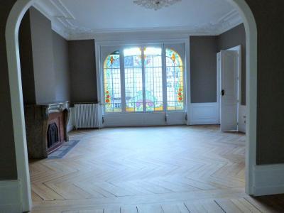ORGELET 39 JURA centre BELLE MAISON de VILLE rénovation contemporaine - garage -terrasses - jardin, Belle pièce de réception