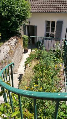 ORGELET 39 JURA centre BELLE MAISON de VILLE rénovation contemporaine - garage -terrasses - jardin, Du jardin à la maison