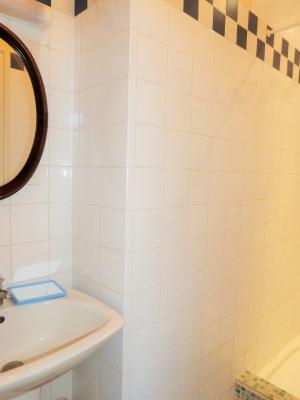 LONS-LE-SAUNIER 3900O Vends MAISON indépendante 60m²env.+sous-sol+garage 70m²env. terrain 650m²env., Salle de bains (douche et lavabo)