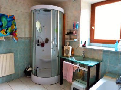 ORGELET JURA 39270 Proche à vendre MAISON 125m² mitoyenne 1 côté + hangars 70m²env. sur 559m²env., Salle de bains avec douche et baignoire