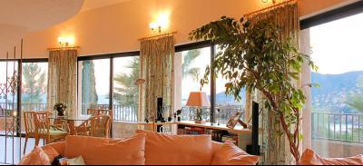 Villa (180m2) avec piscine et vue mer panoramique, proche plages, jardin 1500m2, exposition sud, salon