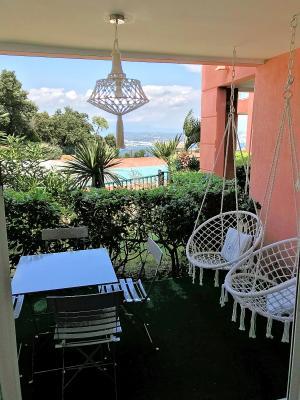 Théoule sur Mer (Alpes Maritimes), à vendre appartement rénové 38m2, terrasse, aperçu  mer, parking., terrasse séjour