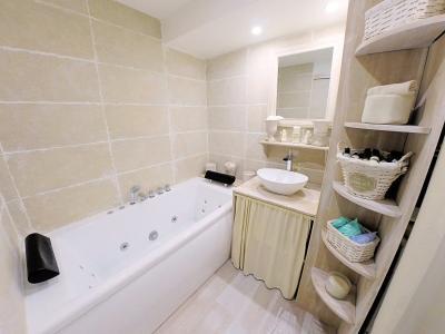 Théoule sur Mer (Alpes Maritimes), à vendre appartement rénové 38m2, terrasse, aperçu  mer, parking., salle de bains