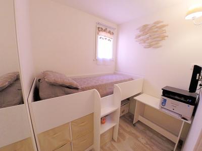 Théoule sur Mer (Alpes Maritimes), à vendre appartement rénové 38m2, terrasse, aperçu  mer, parking., chambre d