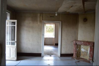 Orgelet, Grande Maison à rénover 300 m² + dépendances sur 2850 m² terrain. Prix négociable., pièces spacieuses