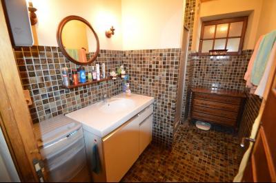 Thoiria, Proche Clairvaux les lacs, très agréable maison de village 3 chambres et 1700 m² terrain., salle de douche