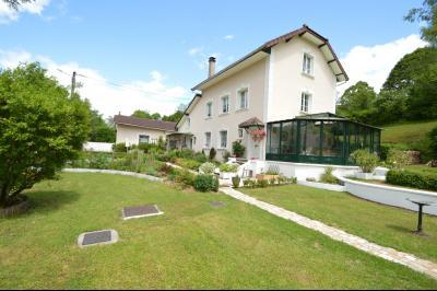 Proche Orgelet, Propriété de charme 200 m² habitables, 4 chambres et 3 salle de bain, sur 2765 m²., Belle propriété espace et tranquillité