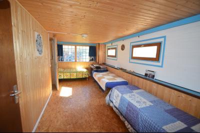 Jura, Région des lacs. Un beau Chalet 175 m², avec une superbe vue, un spa et chalet locatif 35 m²., chambre d