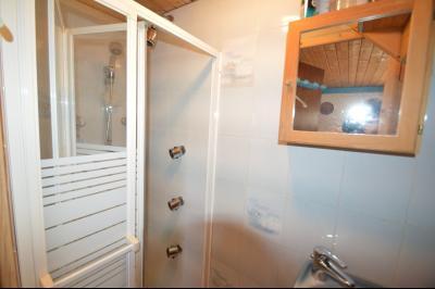 Jura, Région des lacs. Un beau Chalet 175 m², avec une superbe vue, un spa et chalet locatif 35 m²., douche avec jets