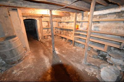 Clairvaux les lacs à 2 min, maison 102 m² habitables avec 3 chambres et terrain clos de 440 m²., Cave en terre battue