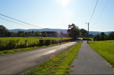 Proche Arinthod, dans un petit village, a vendre une jolie parcelle de terrain plat de 1 000 m²., Vue sur la campagne