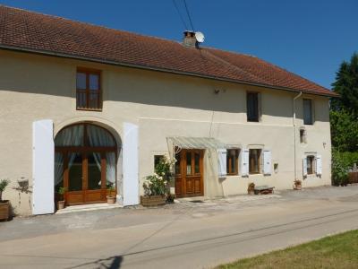 Clairvaux les lacs (Jura), à vendre Ferme ancienne 400 m² rénovée, très belles prestations., La façade bien entretenue