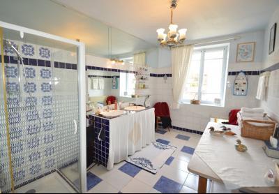 Clairvaux les lacs (Jura), à vendre Ferme ancienne 400 m² rénovée, très belles prestations., salle de douche 12 m²