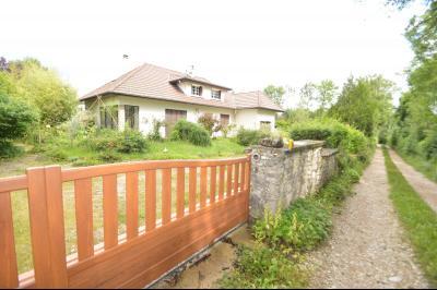 CLAIRVAUX-LES-LACS (JURA), Région des lacs, à vendre belle maison avec piscine interieure., partie du jardin