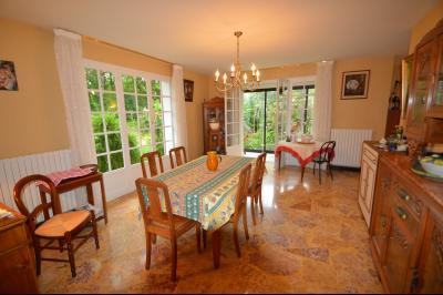 CLAIRVAUX-LES-LACS (JURA), Région des lacs, à vendre belle maison avec piscine interieure., séjour ouvrant sur le jardin et véranda