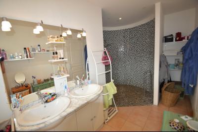 Clairvaux-les-lacs (39130), A vendre Maison contemporaine de plain pied située., Très grande douche, accès moins valide