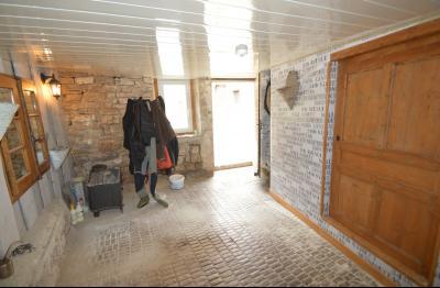Proche de Clairvaux les lacs, Grand maison individuelle 4 chambres, avec beau terrain constructible., Entrée avec dalles anciennes et grand placard