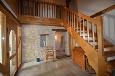 Jura, Proche Lac de Vouglans, à vendre Belle propriété rénovée 8 chambres sur 2,5 ha avec écuries., Hall d accueil