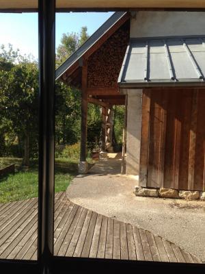 Jura, Proche Lac de Vouglans, à vendre Belle propriété rénovée 8 chambres sur 2,5 ha avec écuries., Séjour ouest ouvrant sur terrasse et bâtiment technique