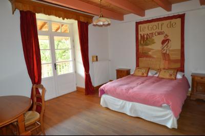 Jura, Proche Lac de Vouglans, à vendre Belle propriété rénovée 8 chambres sur 2,5 ha avec écuries., chambre 1 accès balcon