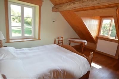 Jura, Proche Lac de Vouglans, à vendre Belle propriété rénovée 8 chambres sur 2,5 ha avec écuries., Chambre 4