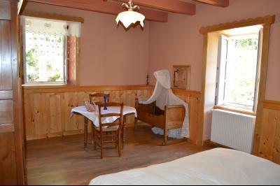 Jura, Proche Lac de Vouglans, à vendre Belle propriété rénovée 8 chambres sur 2,5 ha avec écuries., chambre 2
