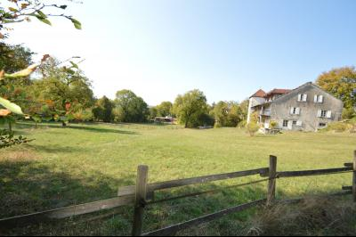 Jura, Proche Lac de Vouglans, à vendre Belle propriété rénovée 8 chambres sur 2,5 ha avec écuries., la maisons, les écuries au fond