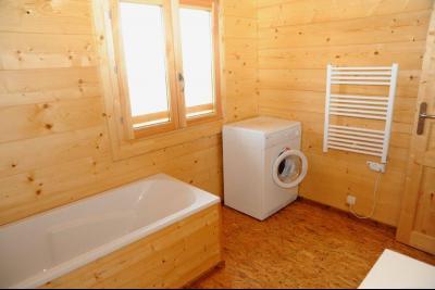 Clairvaux-les-Lacs (Jura) à vendre beaux chalets en madrier Gîtes (2 ogements indépendants)., salle de bain