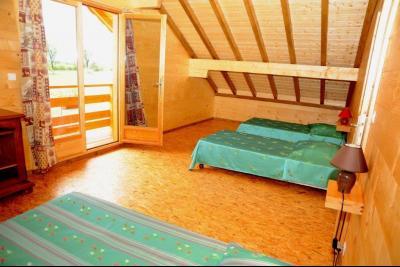 Clairvaux-les-Lacs (Jura) à vendre beaux chalets en madrier Gîtes (2 ogements indépendants)., chambre avec balcon