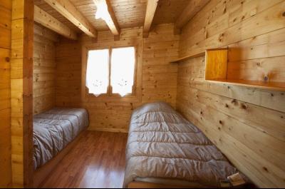 Clairvaux-les-Lacs (Jura) à vendre beaux chalets en madrier Gîtes (2 ogements indépendants)., chambre à 2 lits